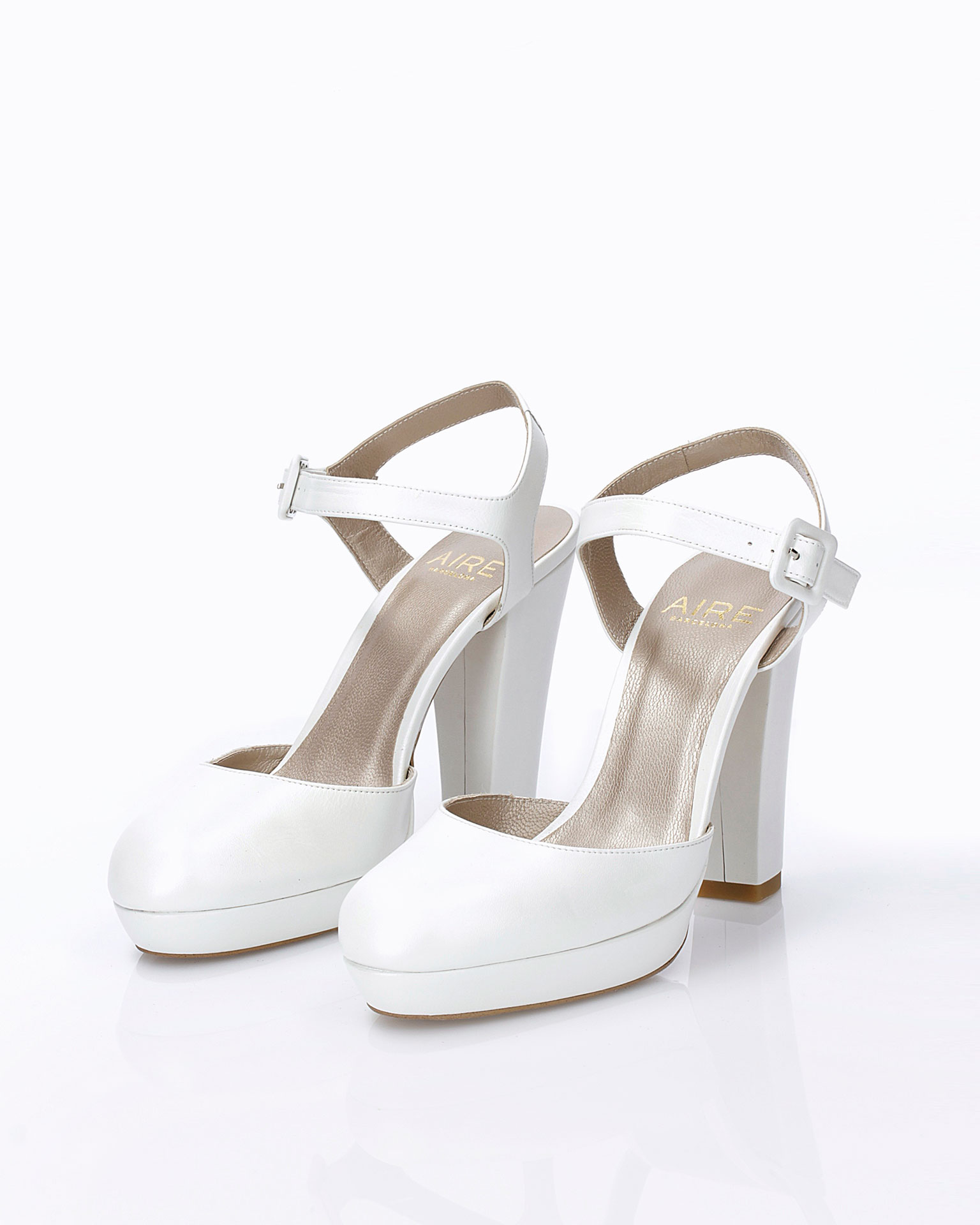 Leather bridal shoe. With high heel and open back. Available in natural and camel. 2019 AIRE BARCELONA Collection.