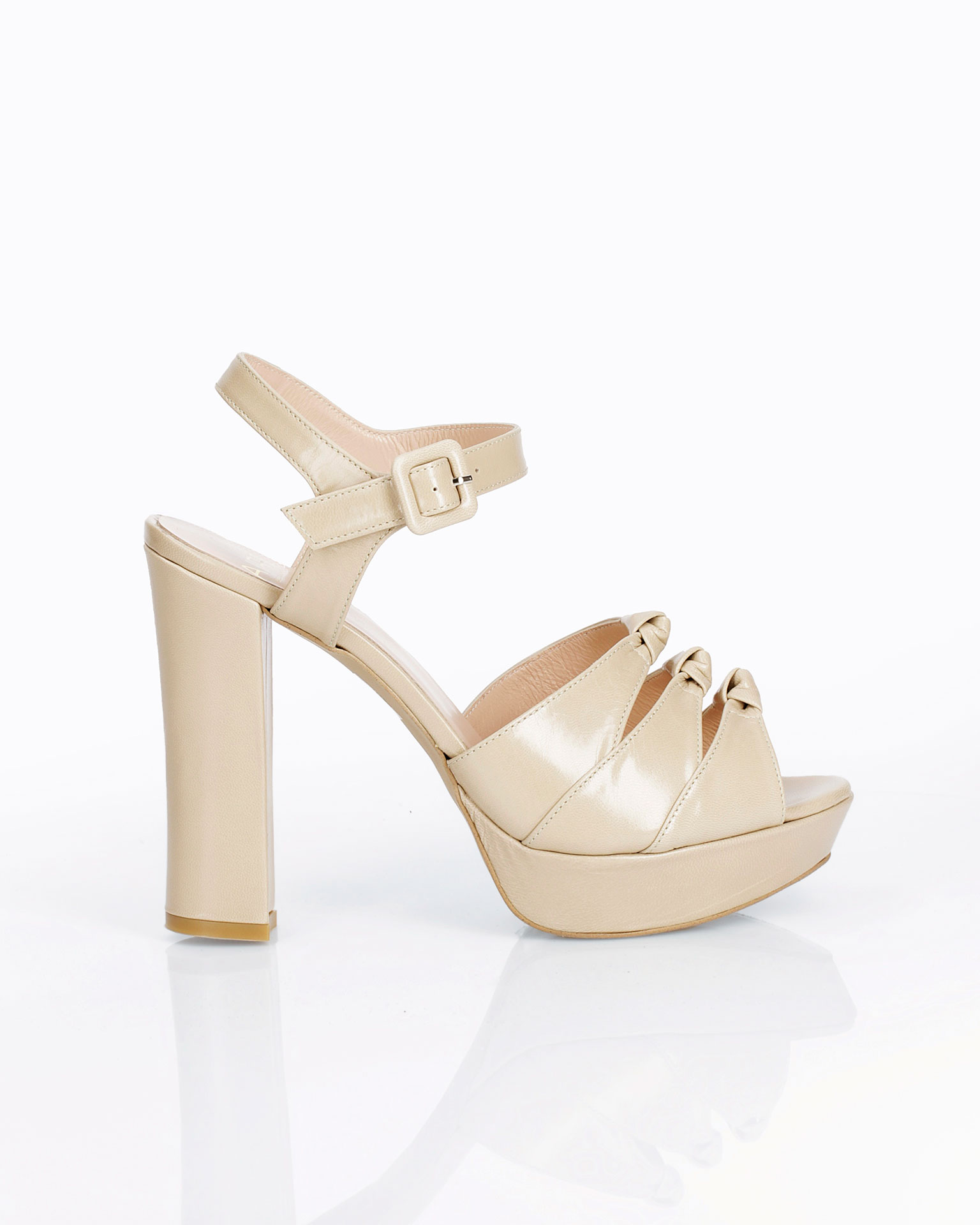 Leather bridal shoe. With high heel and instep with knot detail. Available in natural and camel. 2019 AIRE BARCELONA Collection.