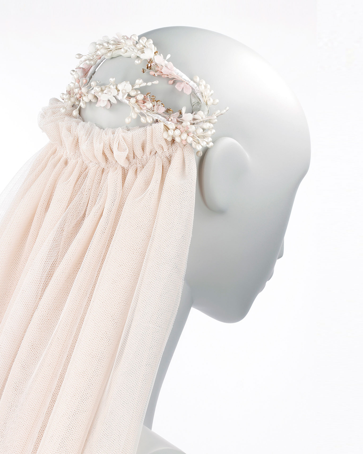 Bridal headpiece with seed beads, flowers and beadwork detail. With tulle veil. Available in pink. 2019 MARTHA_BLANC Collection.