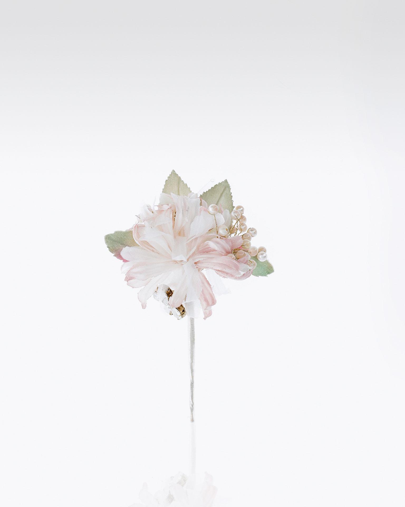 Alfinete de noiva com flor e adorno de brilhantes. Disponível em rosa. Coleção MARTHA_BLANC 2019.