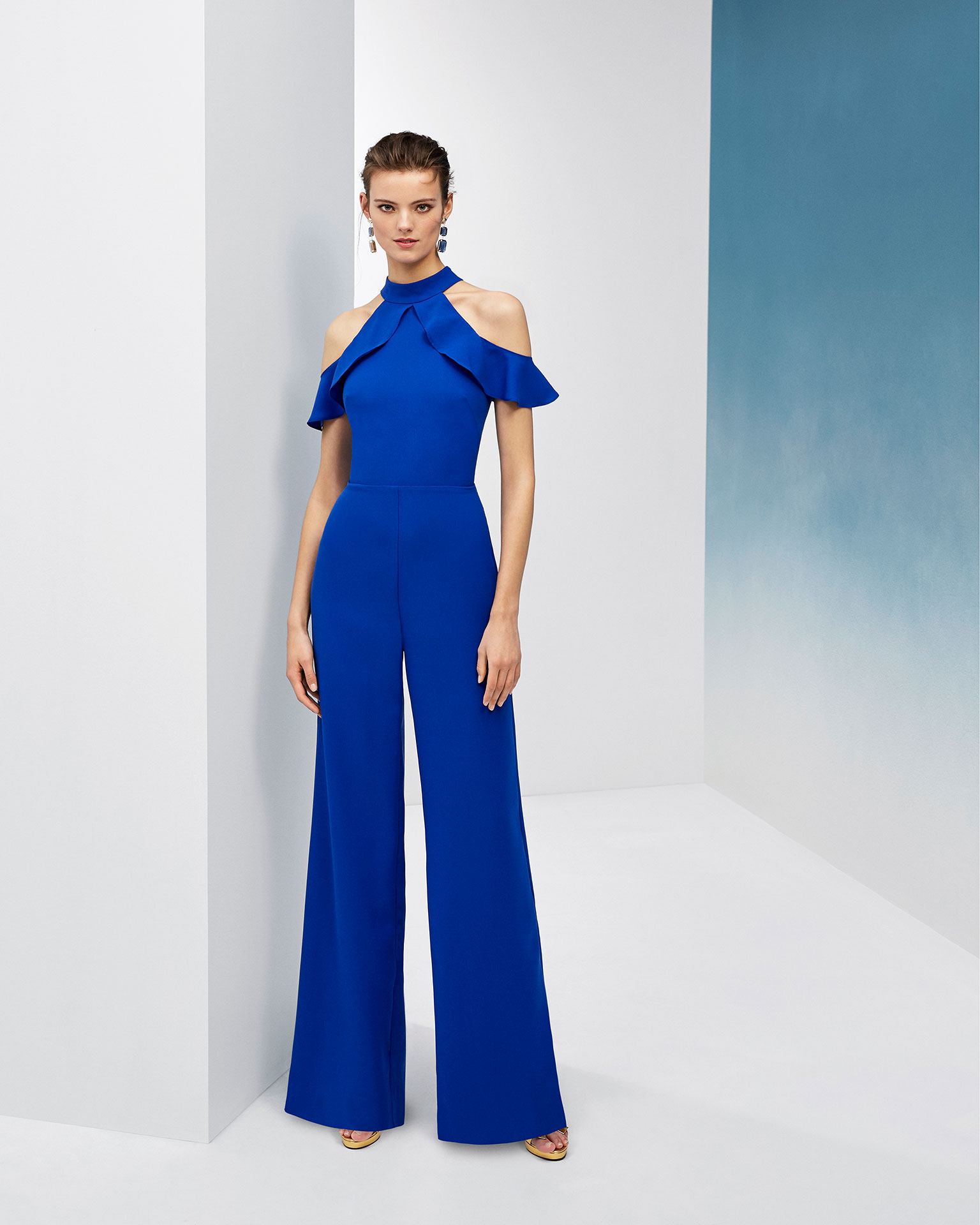 Long cocktail jumpsuit in crepe. Off-the-shoulder halter neckline and low back. 2019 FIESTA AIRE BARCELONA Collection.