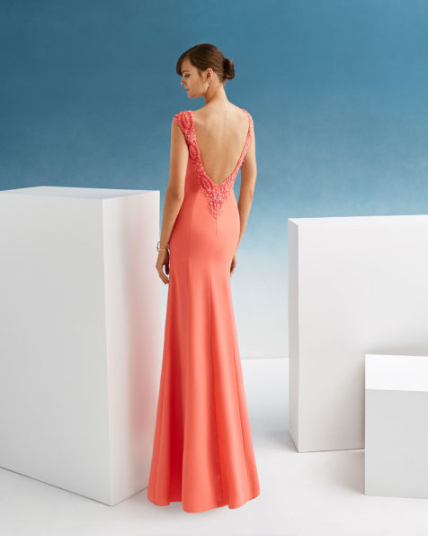 Beaded crepe sheath cocktail dress. With round neckline and low back with beadwork detail. 2019 FIESTA AIRE BARCELONA Collection.