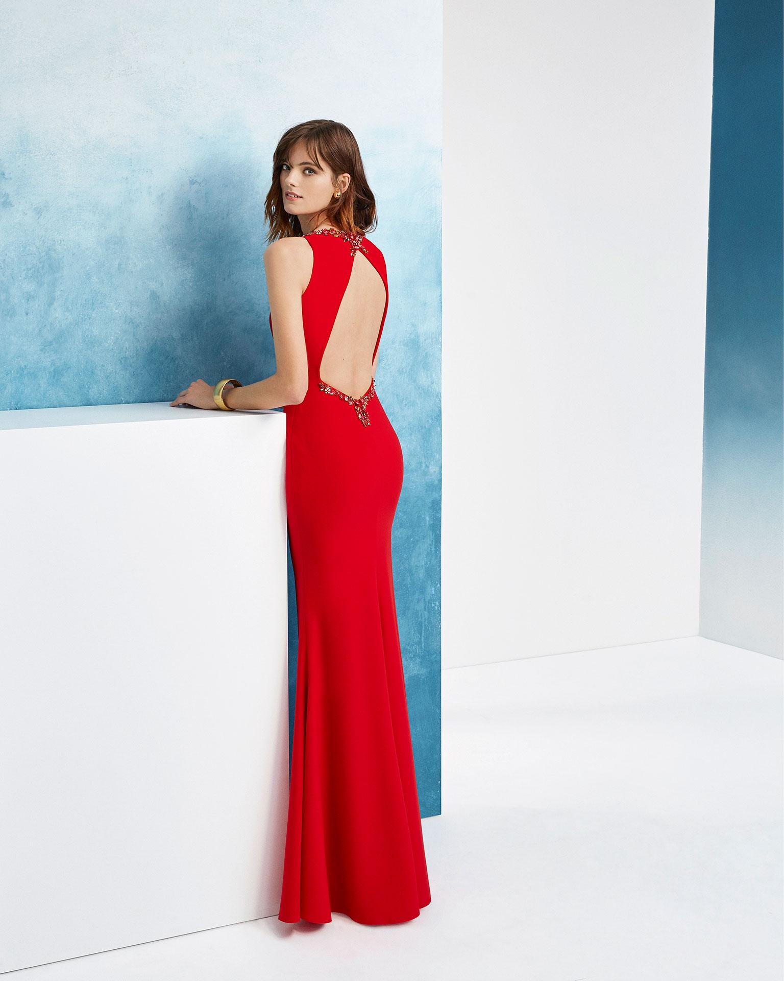 珠饰绉绸修身鸡尾酒会礼服。珠饰领口低背设计。 AIRE_BARCELONA_FIESTA 新品系列 2019.