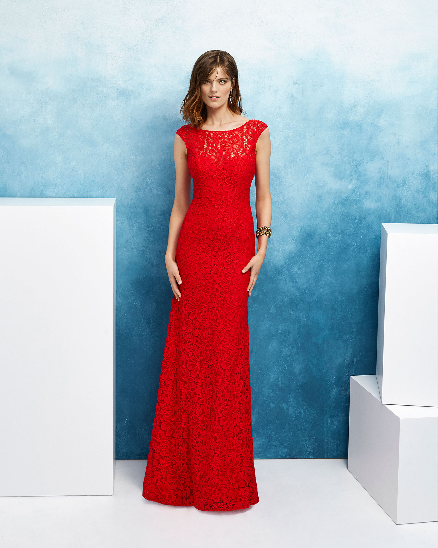 Ballgown-style lace cocktail dress. Round neckline, short sleeves and low back. 2019 FIESTA AIRE BARCELONA Collection.