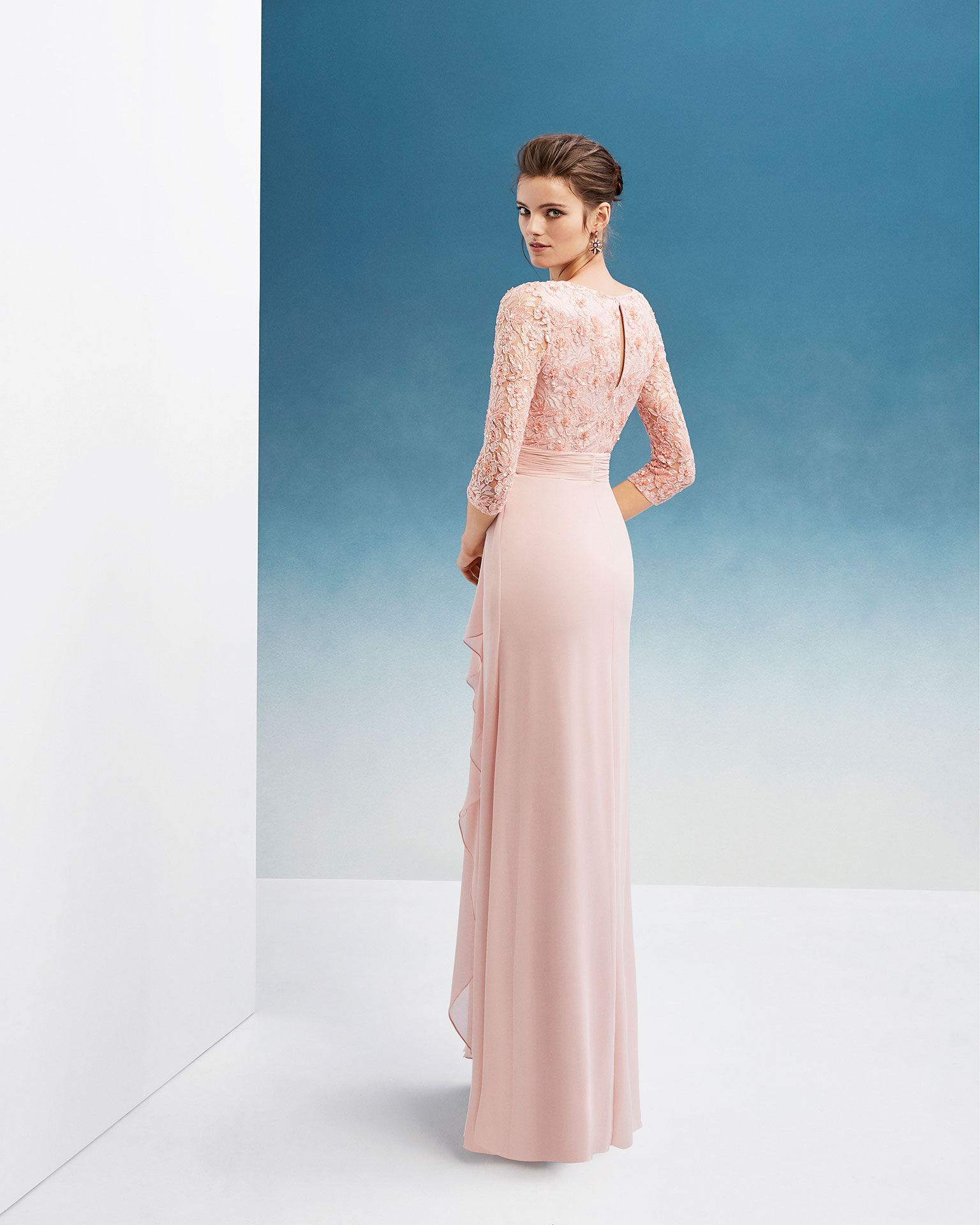 Beaded crepe Georgette and lace cocktail dress. With V-neckline, long sleeves and skirt with side flounce. 2019 FIESTA AIRE BARCELONA Collection.