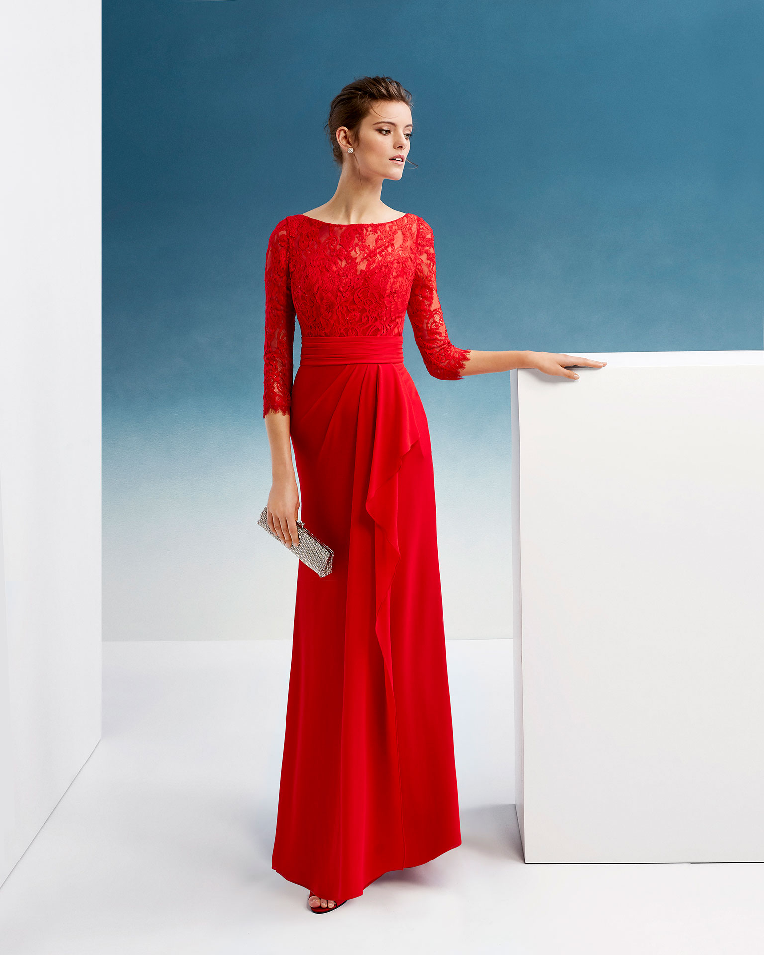 Crepe Georgette and lace cocktail dress. Round neckline, three-quarter sleeves and skirt with side flounce. 2019 FIESTA AIRE BARCELONA Collection.
