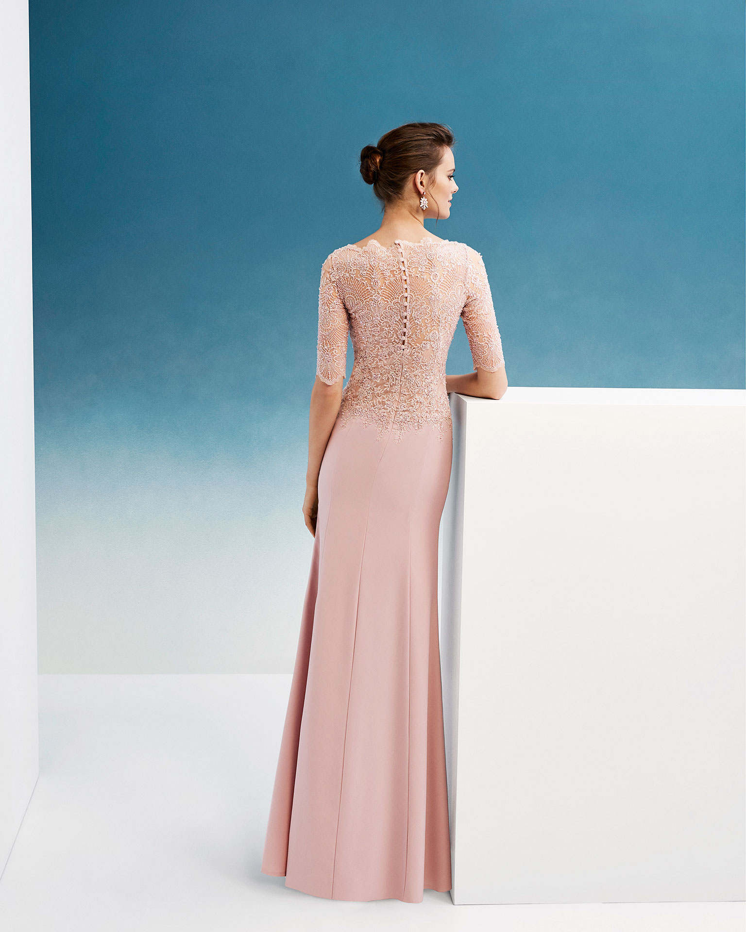 Beaded crepe and lace cocktail dress. With bateau neckline and three-quarter sleeves. 2019 FIESTA AIRE BARCELONA Collection.
