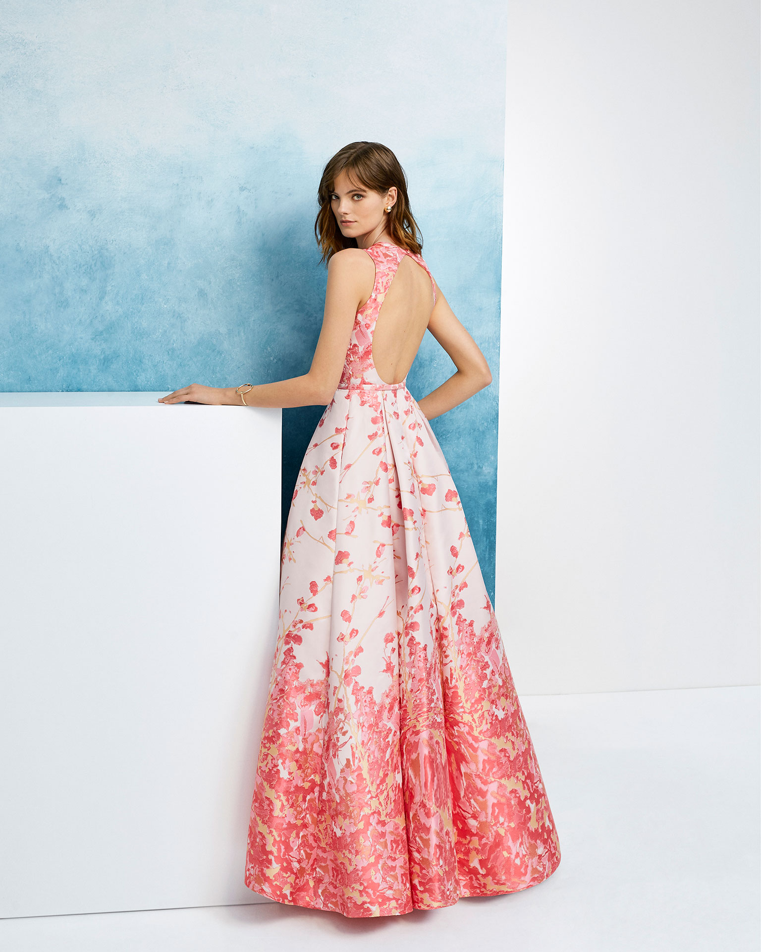 Vestido de fiesta estilo clásico en mikado. Escote cerrado y escote espalda redondo. Colección AIRE_BARCELONA_FIESTA 2019.