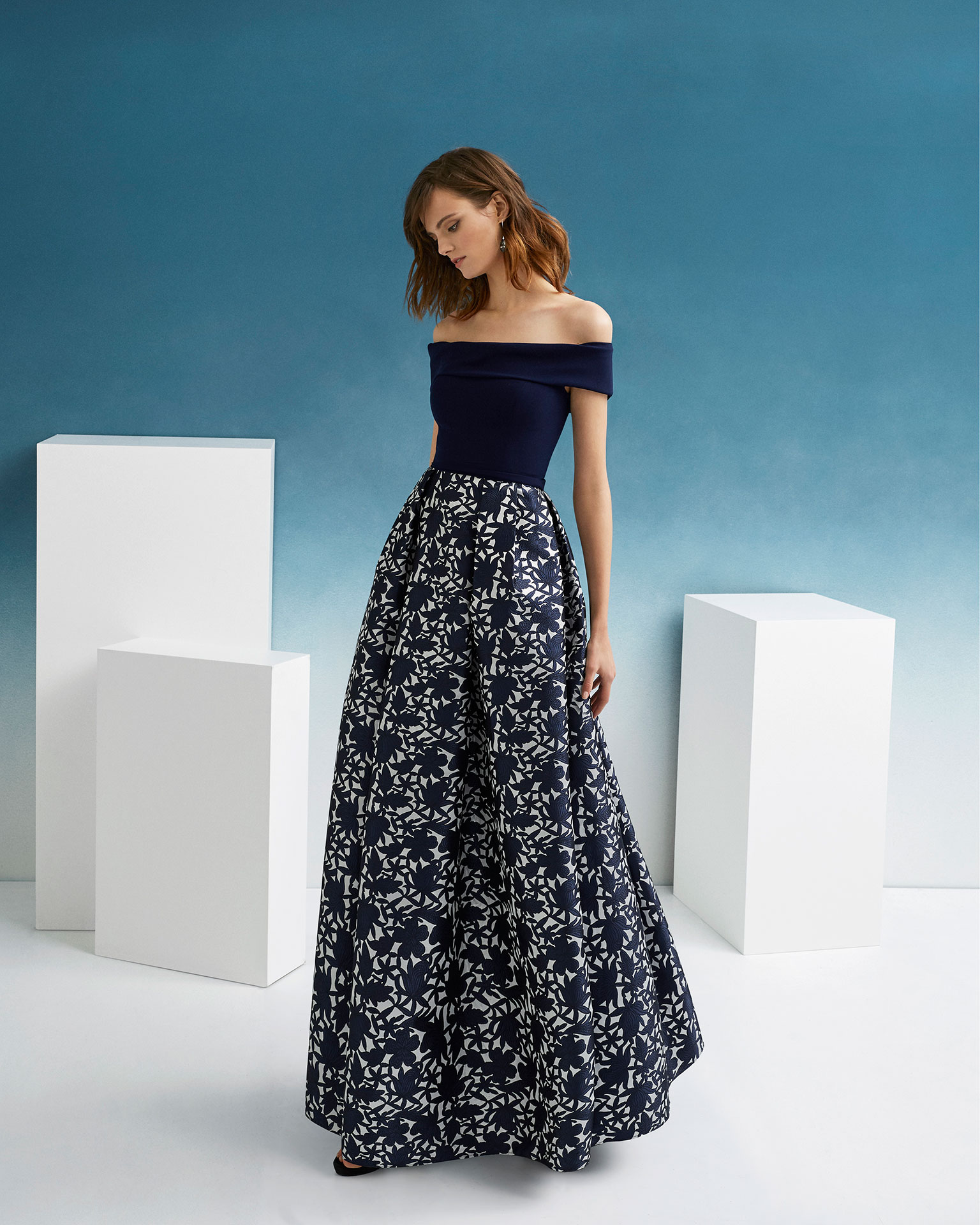 Classic cocktail dress in brocade and crepe. Off-the-shoulder neckline. 2019 FIESTA AIRE BARCELONA Collection.