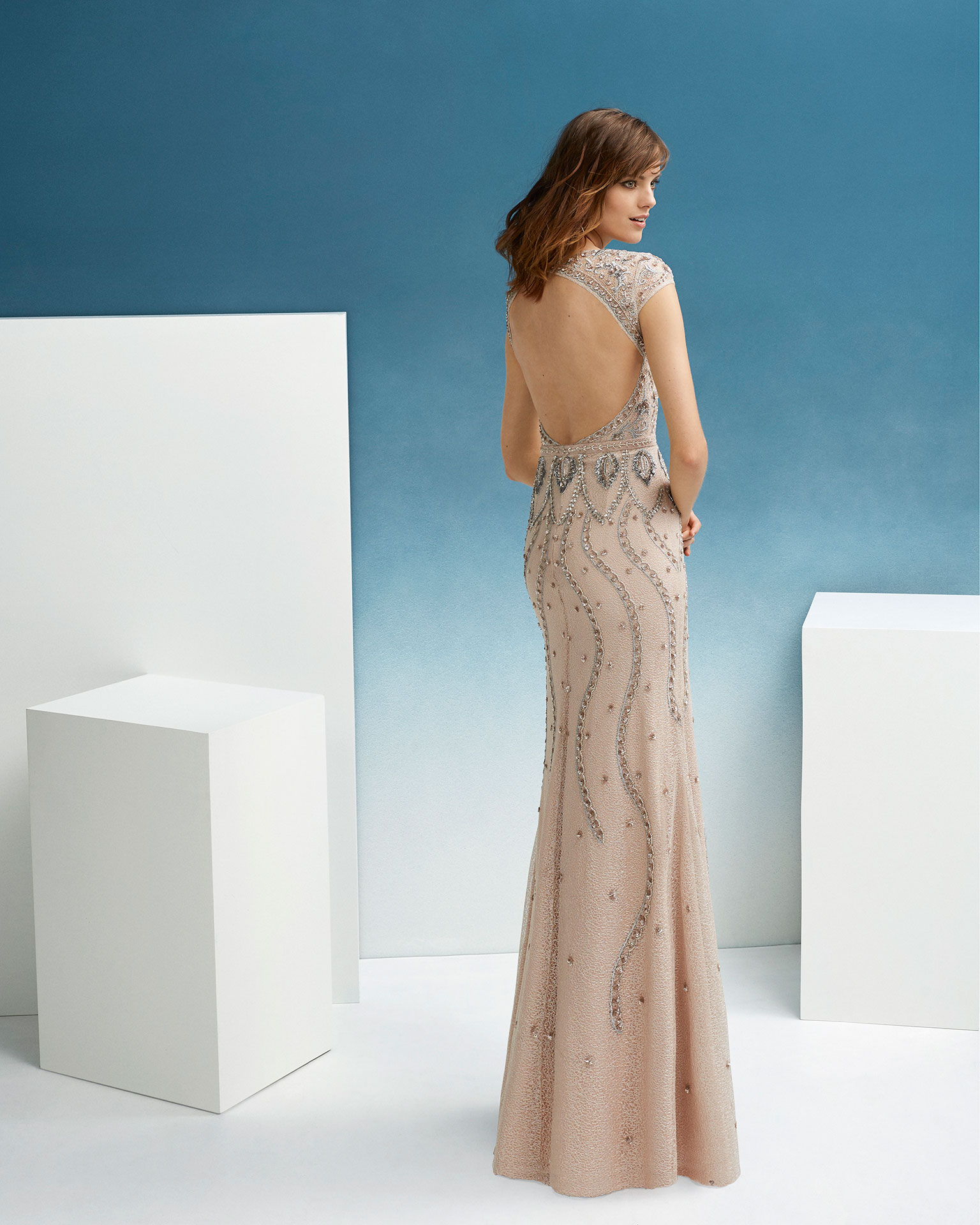 Beaded cocktail dress. With sweetheart neckline, low back and short sleeves. 2019 FIESTA AIRE BARCELONA Collection.