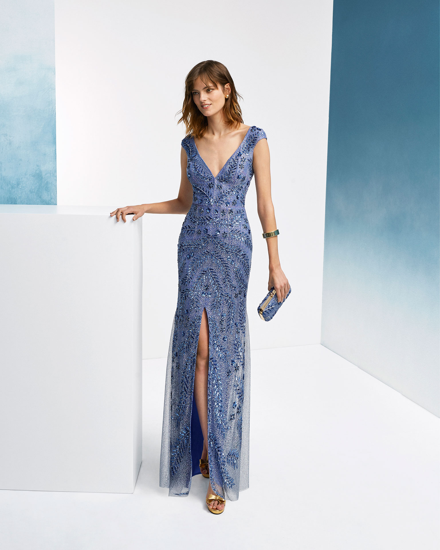 Beaded cocktail dress. With deep-plunge neckline, short sleeves and skirt with front slit. 2019 FIESTA AIRE BARCELONA Collection.