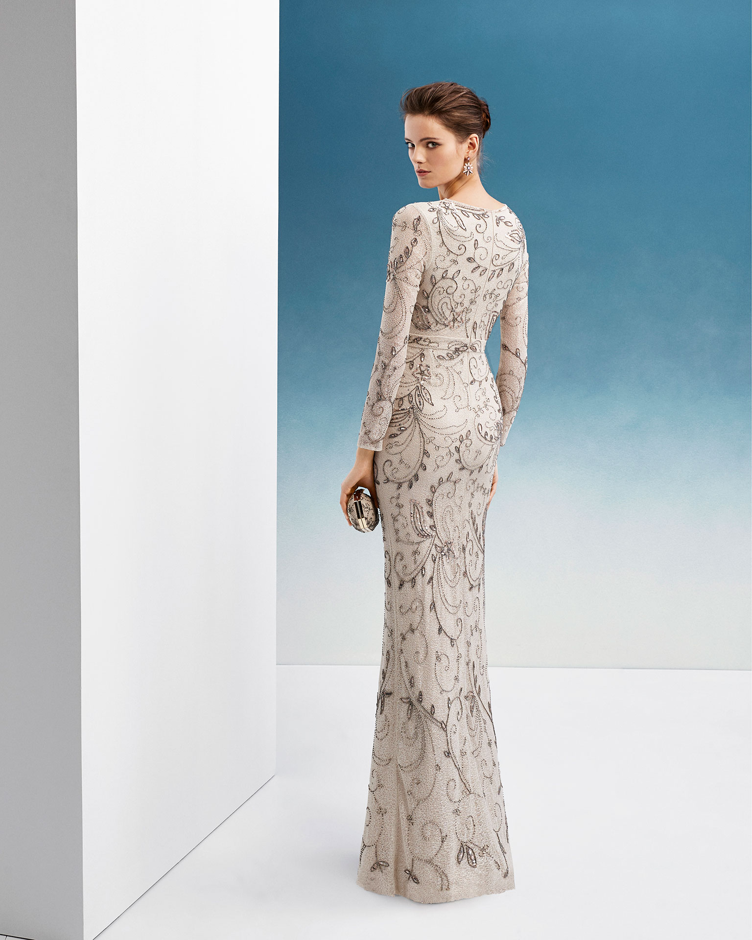 Beaded cocktail dress. With V-neckline, long sleeves and skirt with front slit. 2019 FIESTA AIRE BARCELONA Collection.