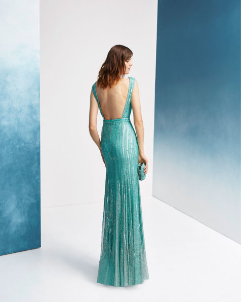 Beaded cocktail dress. With V-neckline, square back and shoulder straps. 2019 FIESTA AIRE BARCELONA Collection.