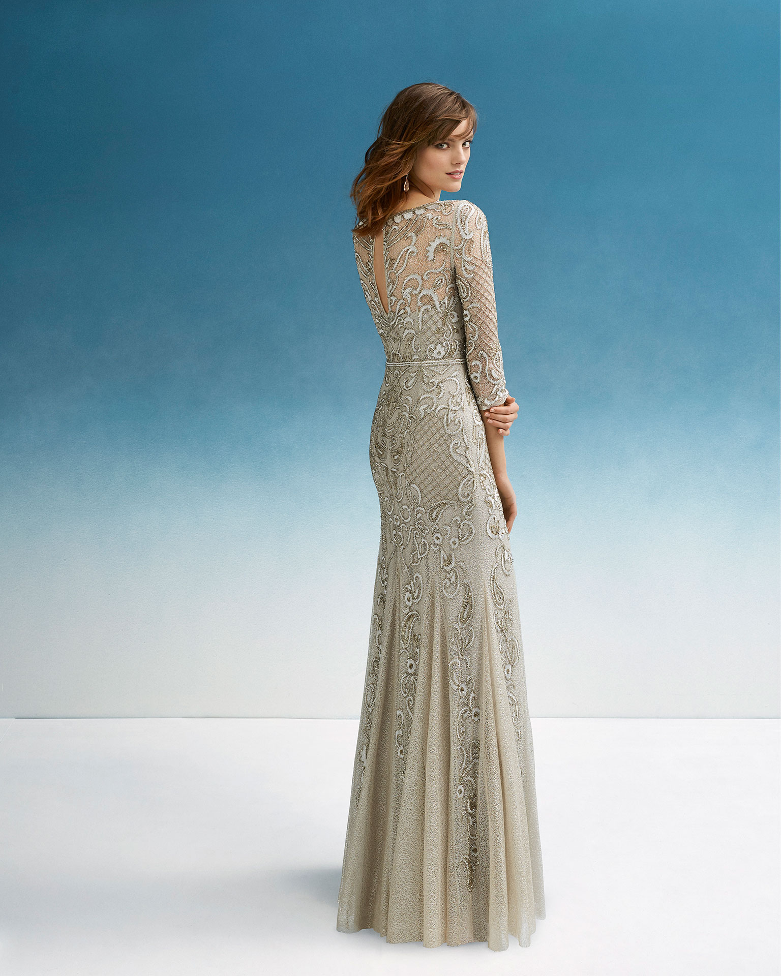 Beaded cocktail dress. With round neckline and long sleeves. 2019 FIESTA AIRE BARCELONA Collection.