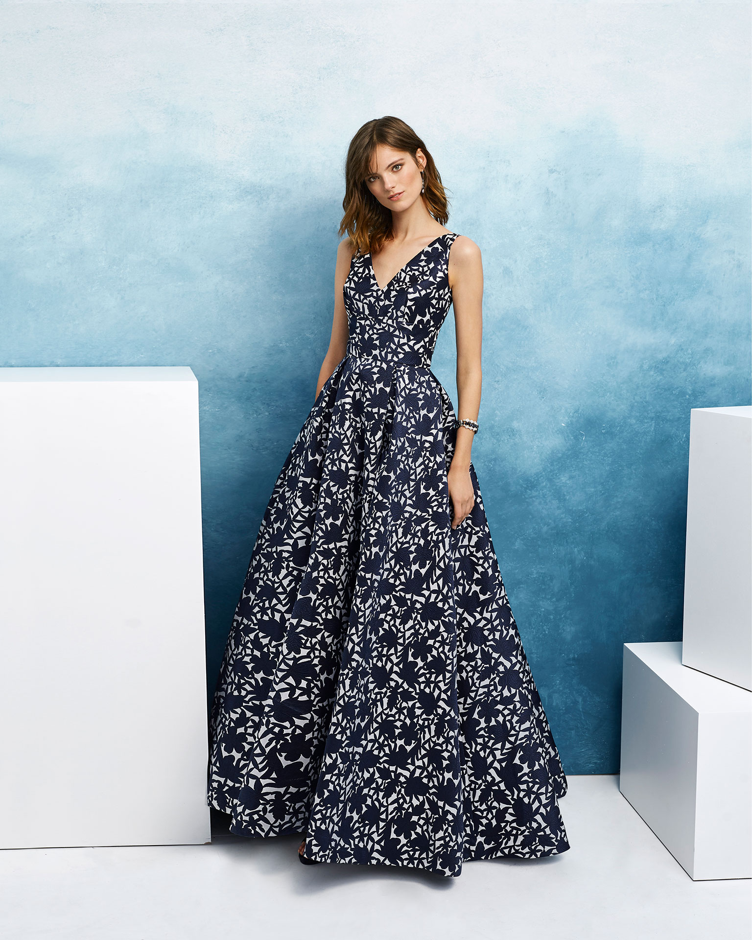 Classic cocktail dress in brocade. Sleeveless, with V-neckline. 2019 AIRE_BARCELONA_FIESTA Collection.