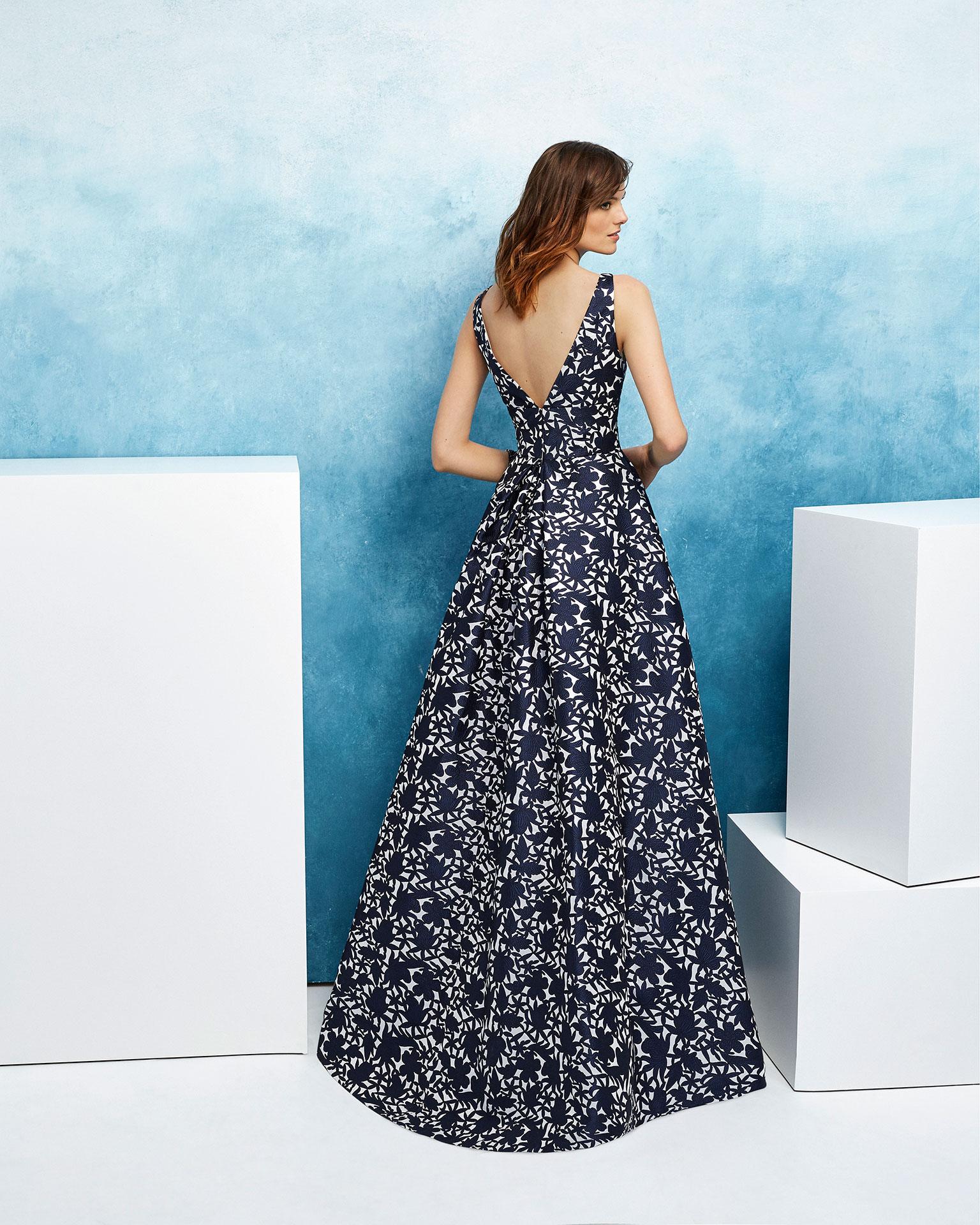 Vestido de fiesta corte clásico en brocado. Escote en V y sin mangas. Colección AIRE_BARCELONA_FIESTA 2019.