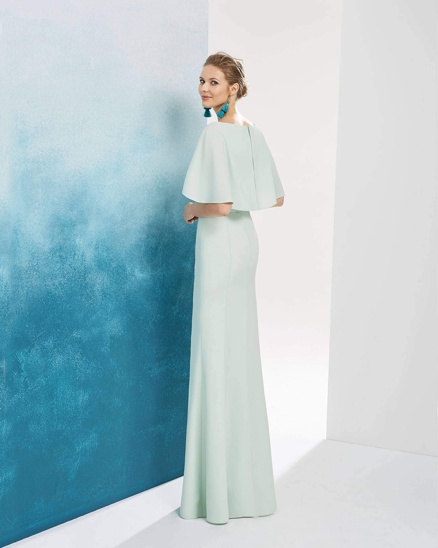 Crepe cocktail dress. With capelet, bateau neckline and beaded detail on the chest. Available in mint, aquamarine, silver and dusty pink. 2019 FIESTA AIRE BARCELONA Collection.