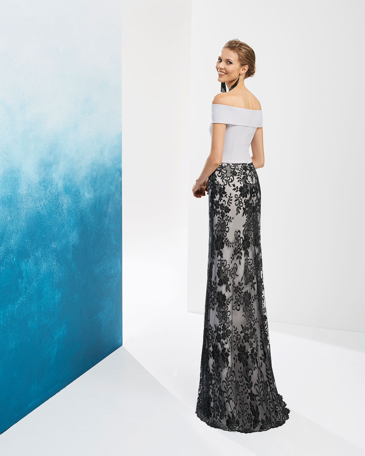 Lace cocktail dress. Crepe bodice, off-the-shoulder neckline and bow at the waist. Available in silver/black, dusty pink/black and aquamarine. 2019 FIESTA AIRE BARCELONA Collection.