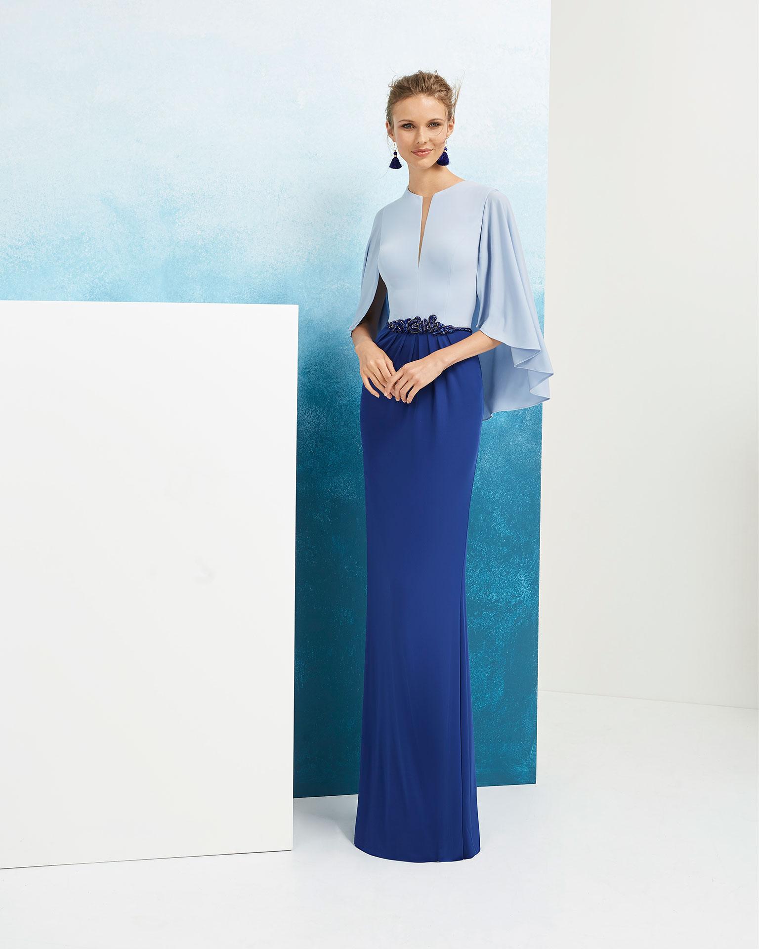 Vestido de fiesta de crepe y pedrería. Con mangas capelinas. Disponible en color Colección AIRE_BARCELONA_FIESTA 2019.