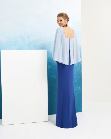 Robe de soirée en crêpe et pierreries. Avec manches pèlerines. Disponible en vert/marine, beige/marine et bleu/cobalt. Collection AIRE_BARCELONA_FIESTA 2019.