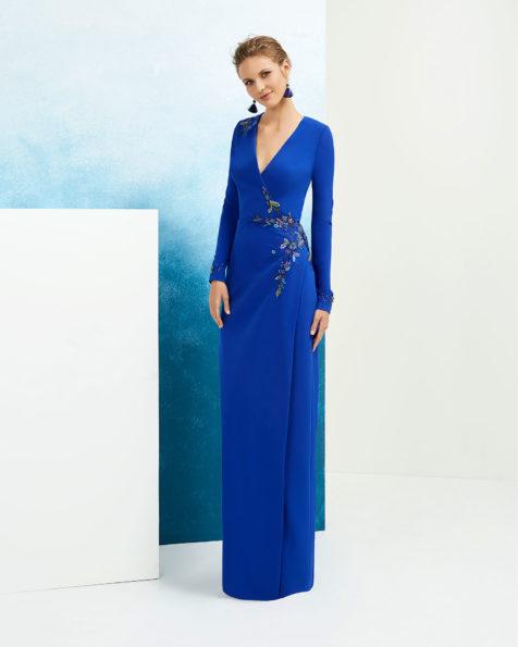Vestido de fiesta en crepe y pedrería. Con escote V y manga larga. Disponible en color Colección FIESTA AIRE BARCELONA 2019.