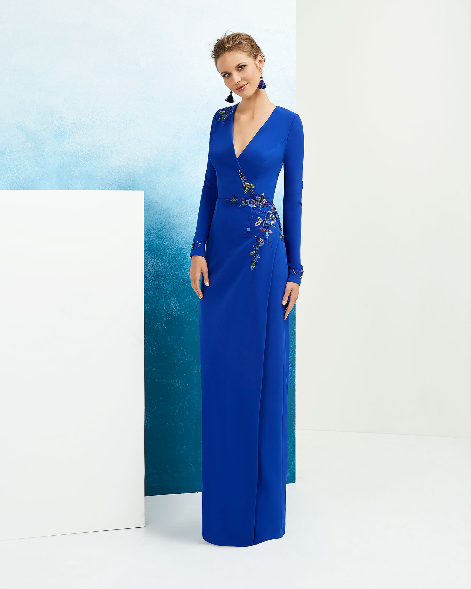 Beaded crepe cocktail dress. With V-neckline and long sleeves. Available in cobalt, red, fuchsia and beige. 2019 FIESTA AIRE BARCELONA Collection.