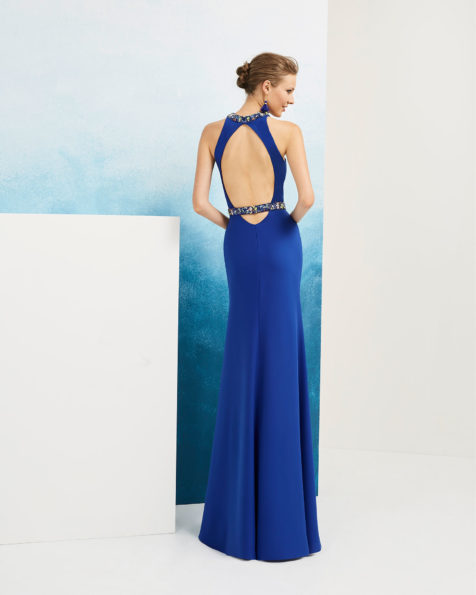 Long beaded crepe cocktail dress. With halter neckline and low back. Available in cobalt, red, navy blue and green. 2019 FIESTA AIRE BARCELONA Collection.