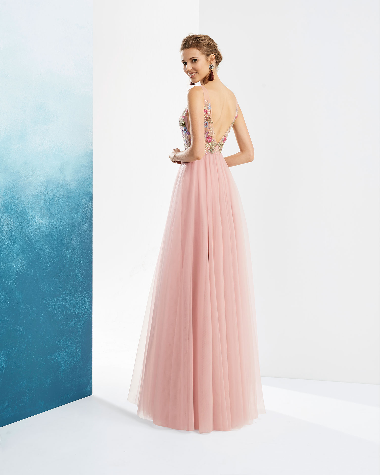 Long beaded embroidered tulle cocktail dress. With deep-plunge neckline and V-back. Available in lilac, dusty pink and black. 2019 FIESTA AIRE BARCELONA Collection.