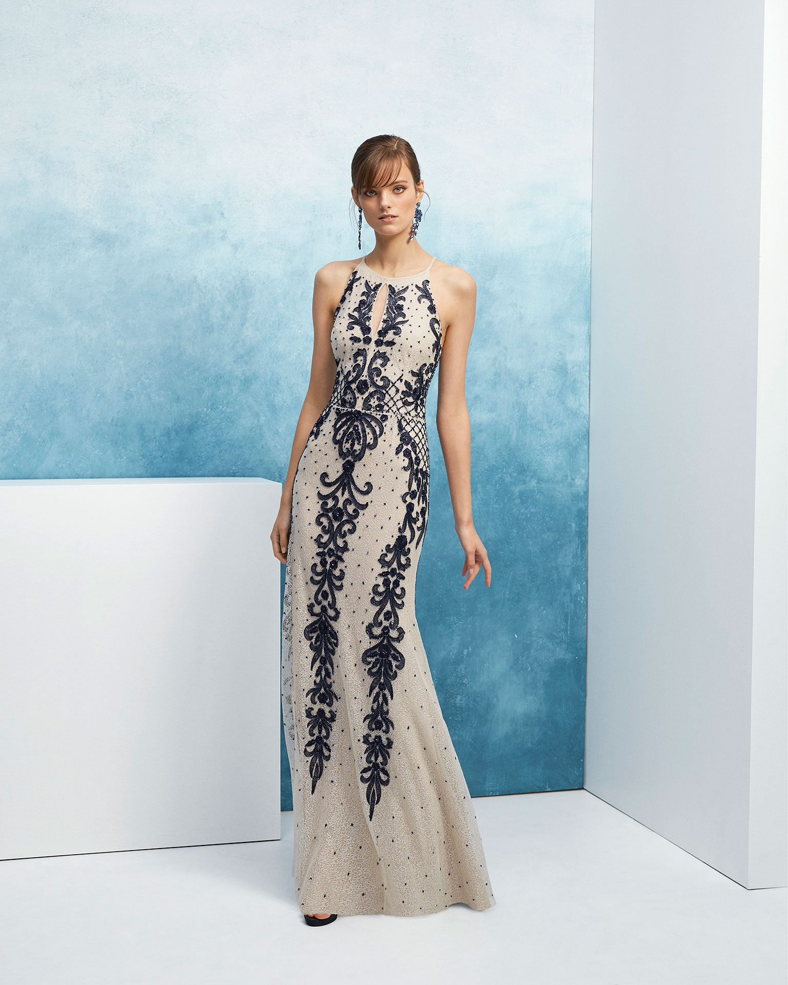 Beaded cocktail dress. With halter neckline with front teardrop opening and shoulder straps. 2019 FIESTA AIRE BARCELONA Collection.