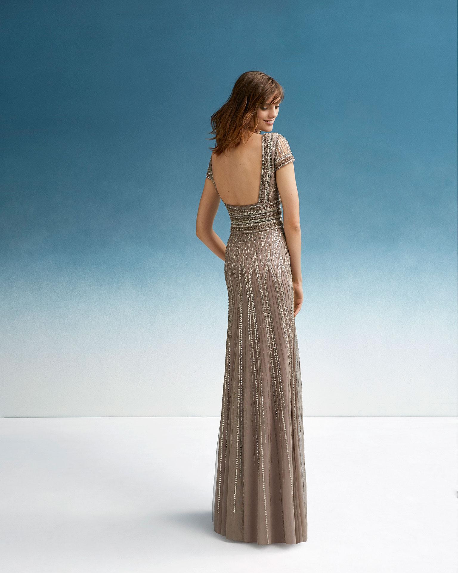 Vestido de festa de brilhantes. Decote em V, decote quadrado nas costas e manga curta. Coleção FIESTA AIRE BARCELONA 2019.