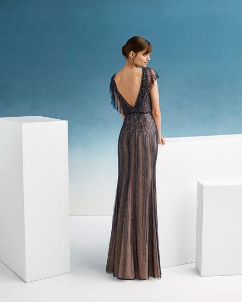 珠饰鸡尾酒会礼服。鸡心领衬垫V形露背配长袖设计。 AIRE_BARCELONA_FIESTA 新品系列 2019.