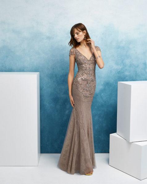 珠饰鸡尾酒会礼服。V领低背配短袖设计。 FIESTA AIRE BARCELONA 新品系列 2019.