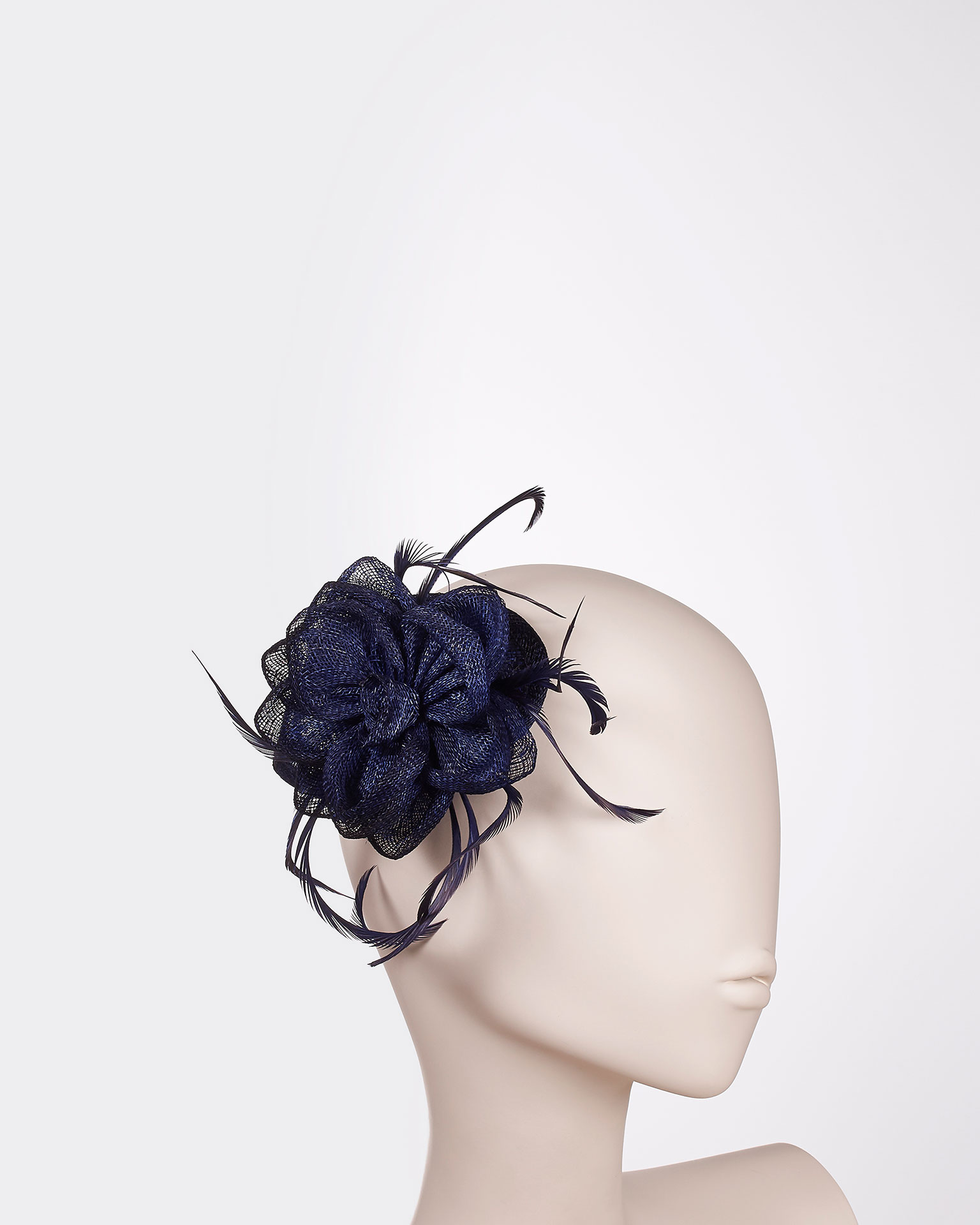Sinamay headpiece with feather detail. Available in black, navy blue, cobalt, blue, silver, nude, red, coral, fuchsia and yellow. 2019 FIESTA AIRE BARCELONA Collection.