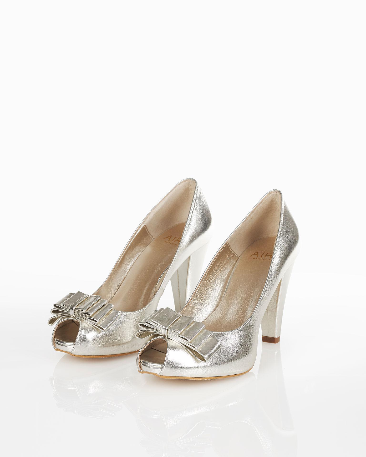 Sapato de pele com salto de 85 mm. Disponível em dourado e cor das dunas. Coleção FIESTA AIRE BARCELONA 2019.