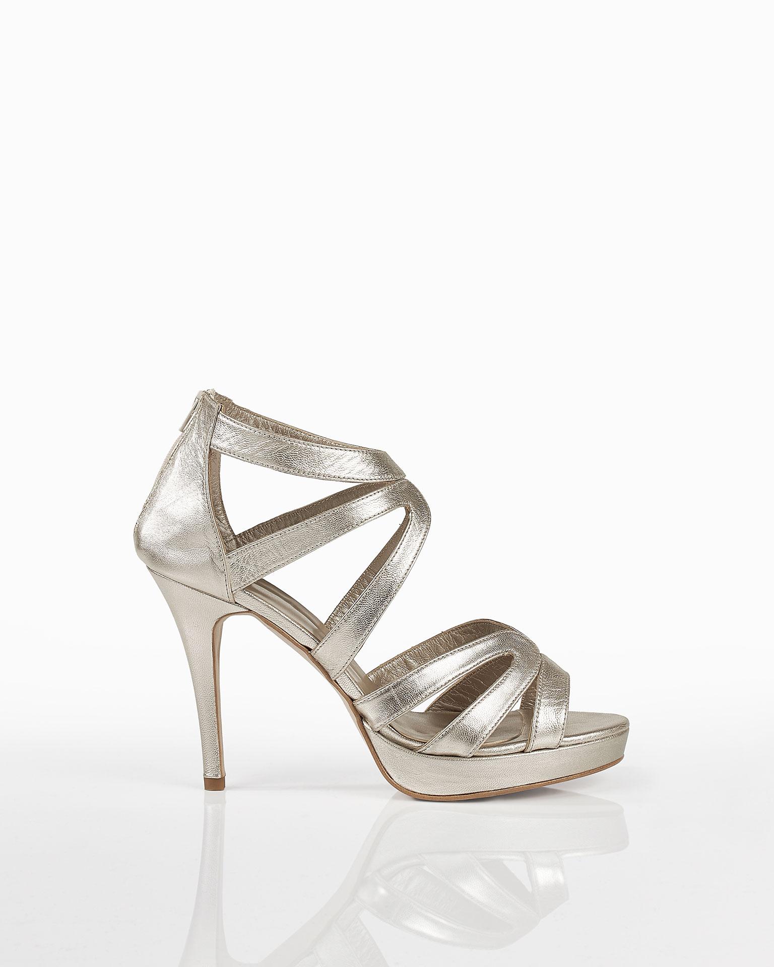 Sandália em pele com salto de 90 mm. Disponível em dourado e cor das dunas. Coleção FIESTA AIRE BARCELONA 2019.