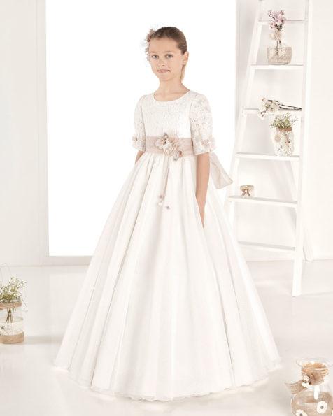 Rochie de comuniune în stil fantezie mată rustică. Cu talie normală. Disponibilă în culoarea ivoriu. Colecția AIRE COMUNION 2019.