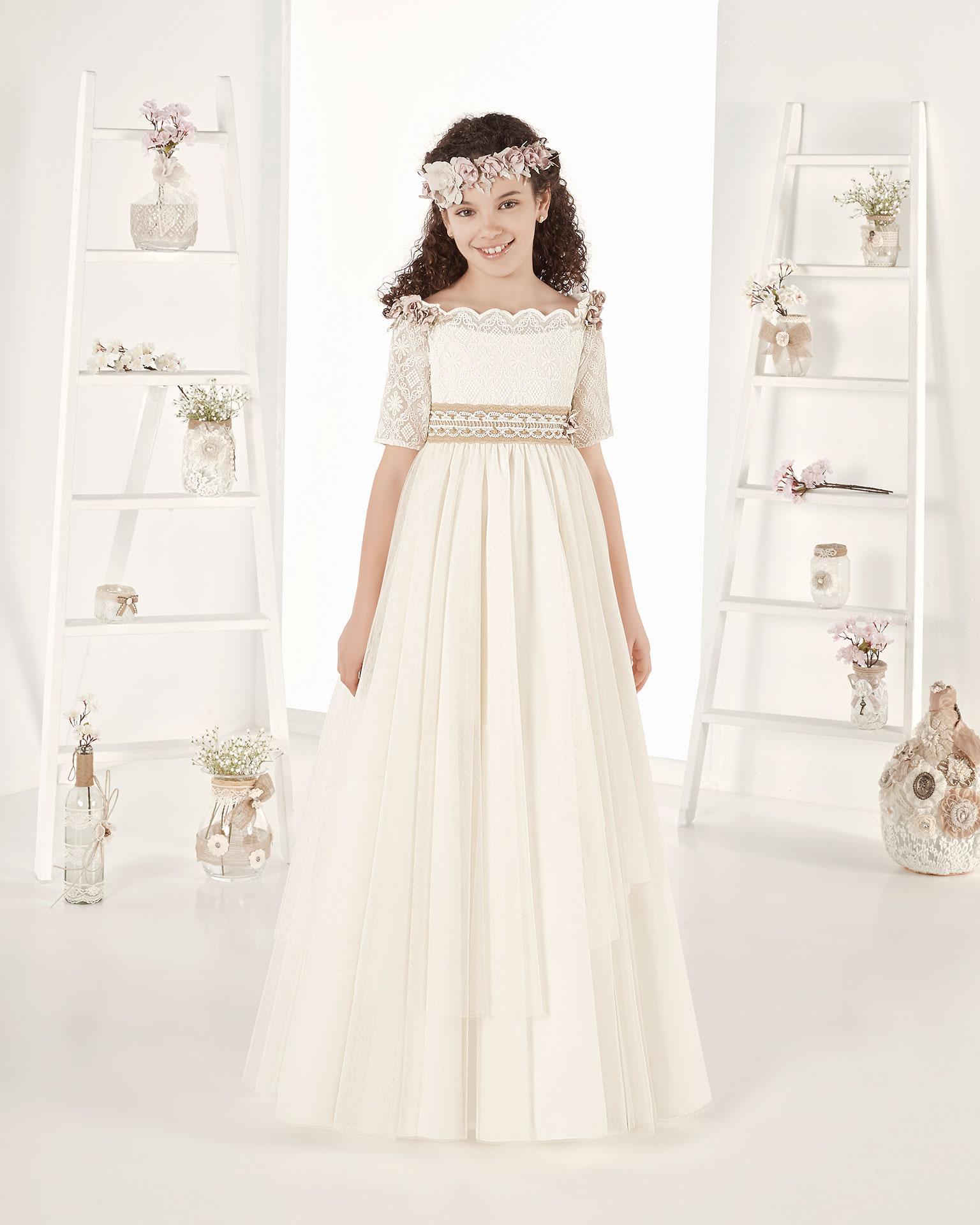Rochie de comuniune în stil fantezie din tul. Cu talie înaltă.  Disponibilă în culoarea ivoriu. Colecția AIRE COMUNION 2019.