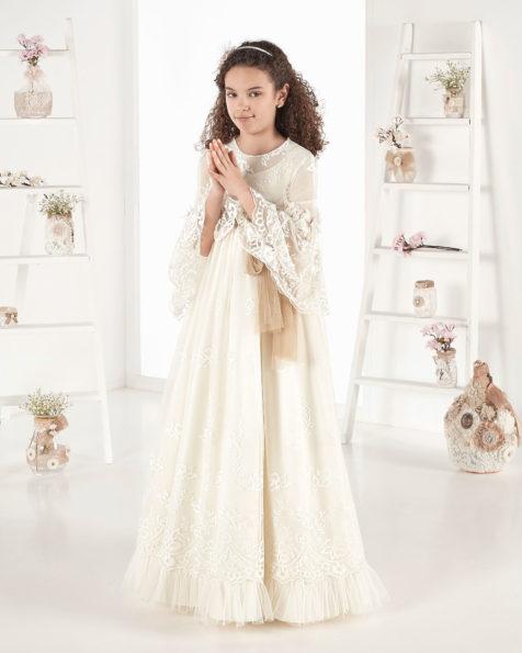 Rochie de comuniune în stil vintage din tul imprimat. Cu talie înaltă. Disponibilă în culoarea ivoriu. Colecția AIRE COMUNION 2019.