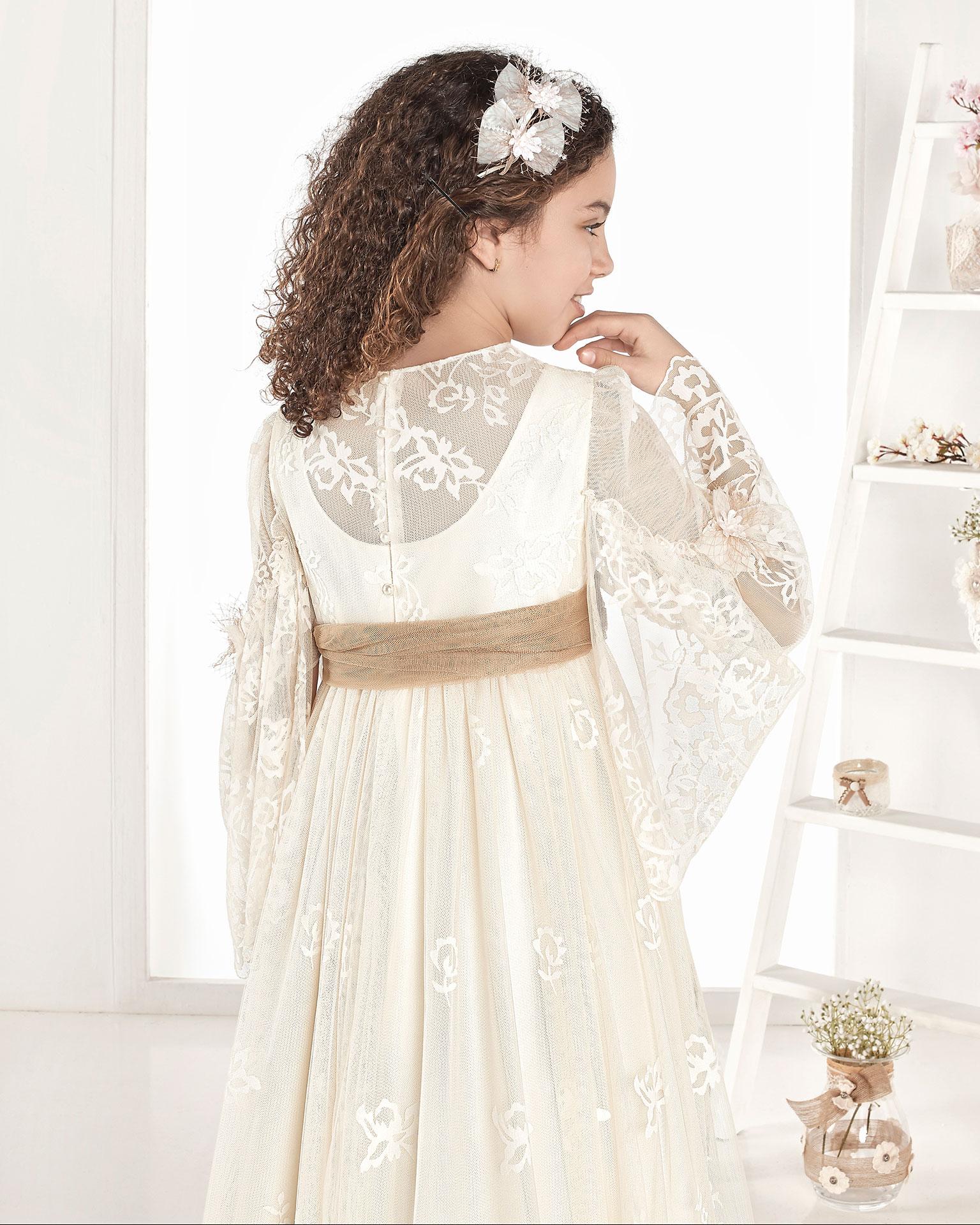 Vestido de primeira comunhão estilo vintage de tule estampado. De corte império. Disponível em cor marfim. Coleção AIRE COMUNION 2019.