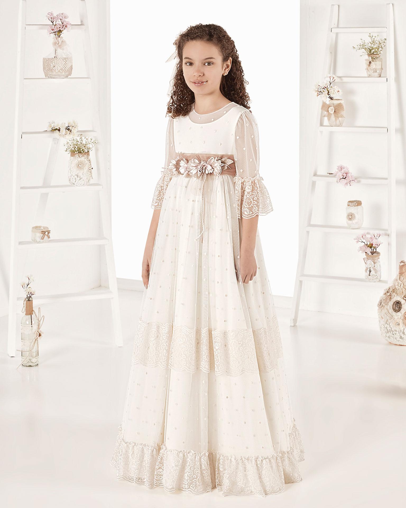 Vestido de comunión estilo vintage en tul topos. Con talle imperio. Disponible en color marfil. Colección AIRE COMUNION 2019.