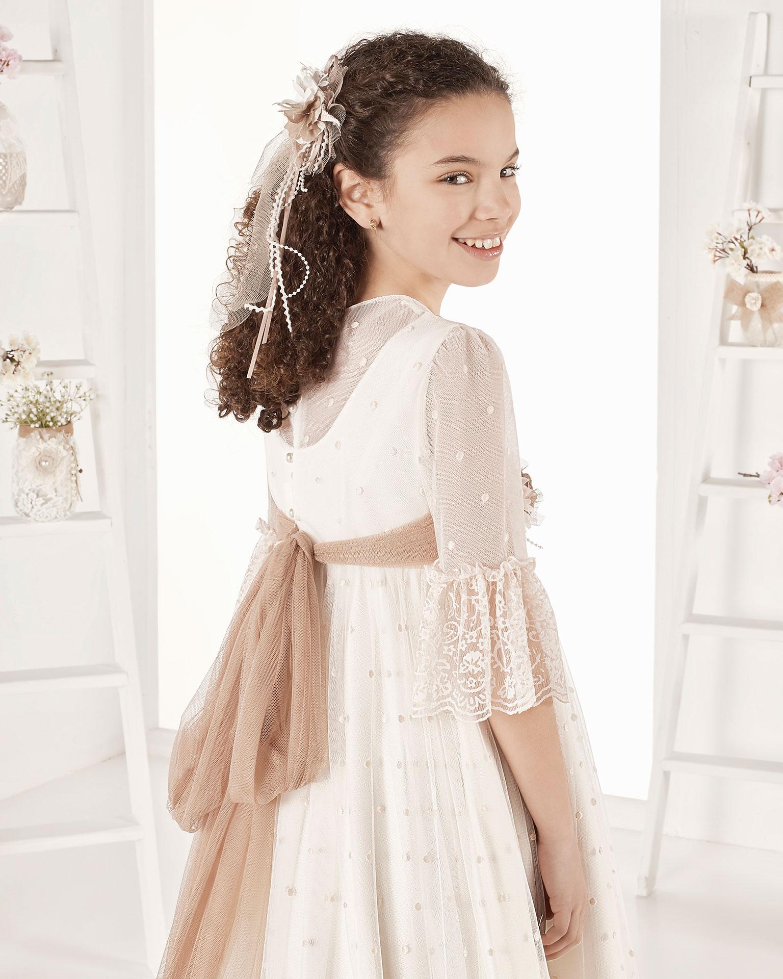 Rochie de comuniune în stil vintage din tul cu buline. Cu talie înaltă. Disponibilă în culoarea ivoriu. Colecția AIRE COMUNION 2019.