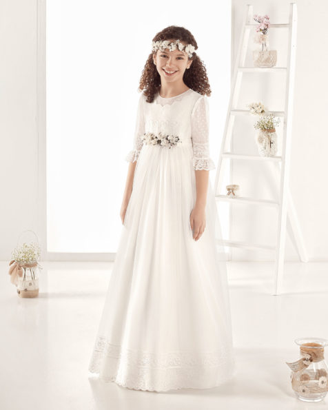 Robe de communion style romantique en tulle. Avec taille empire. Disponible en couleur naturelle. Collection AIRE COMUNION 2019.