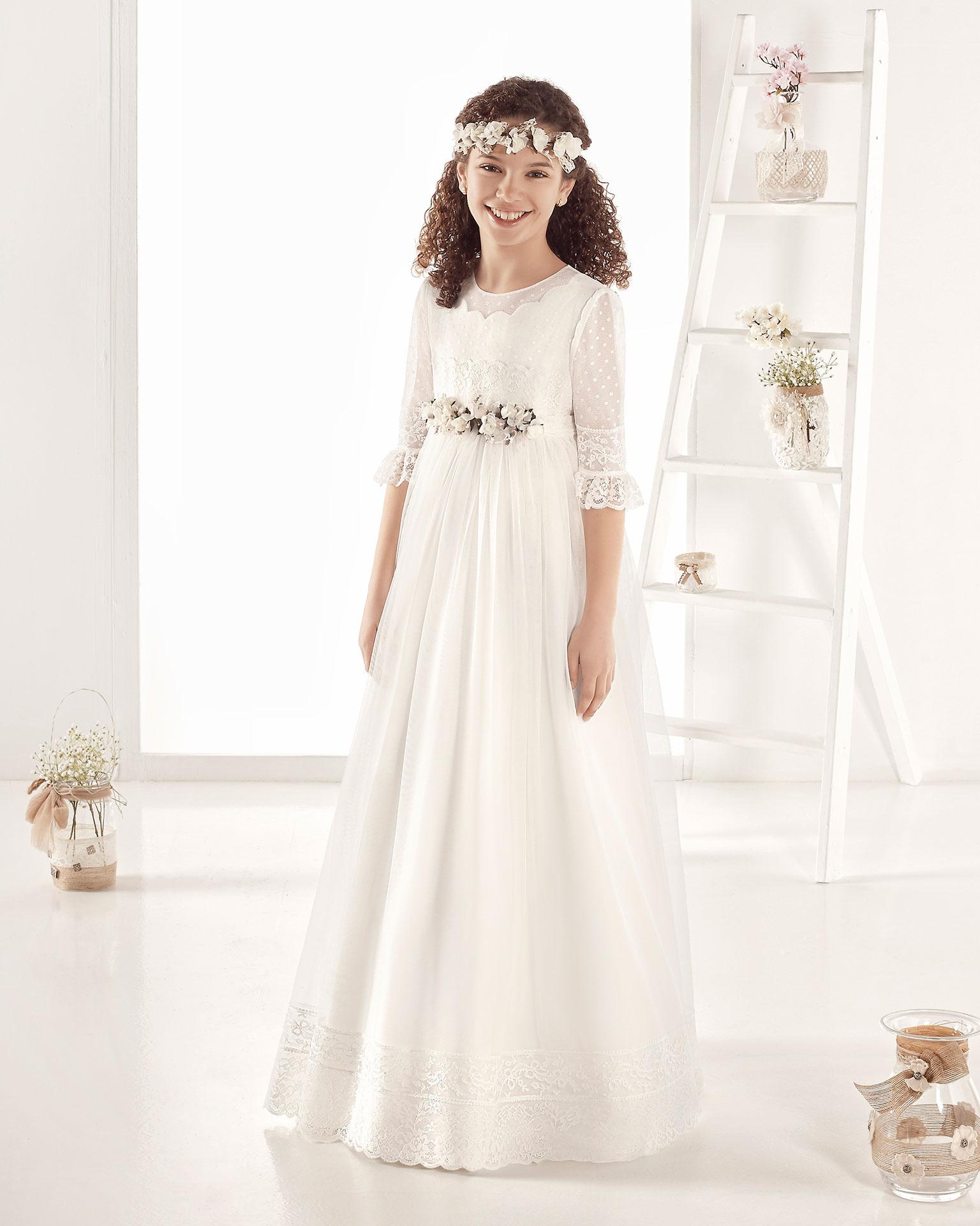 Robe de communion style romantique en tulle. Avec taille empire. Disponible en couleur naturelle. Collection AIRE COMUNION 2019.