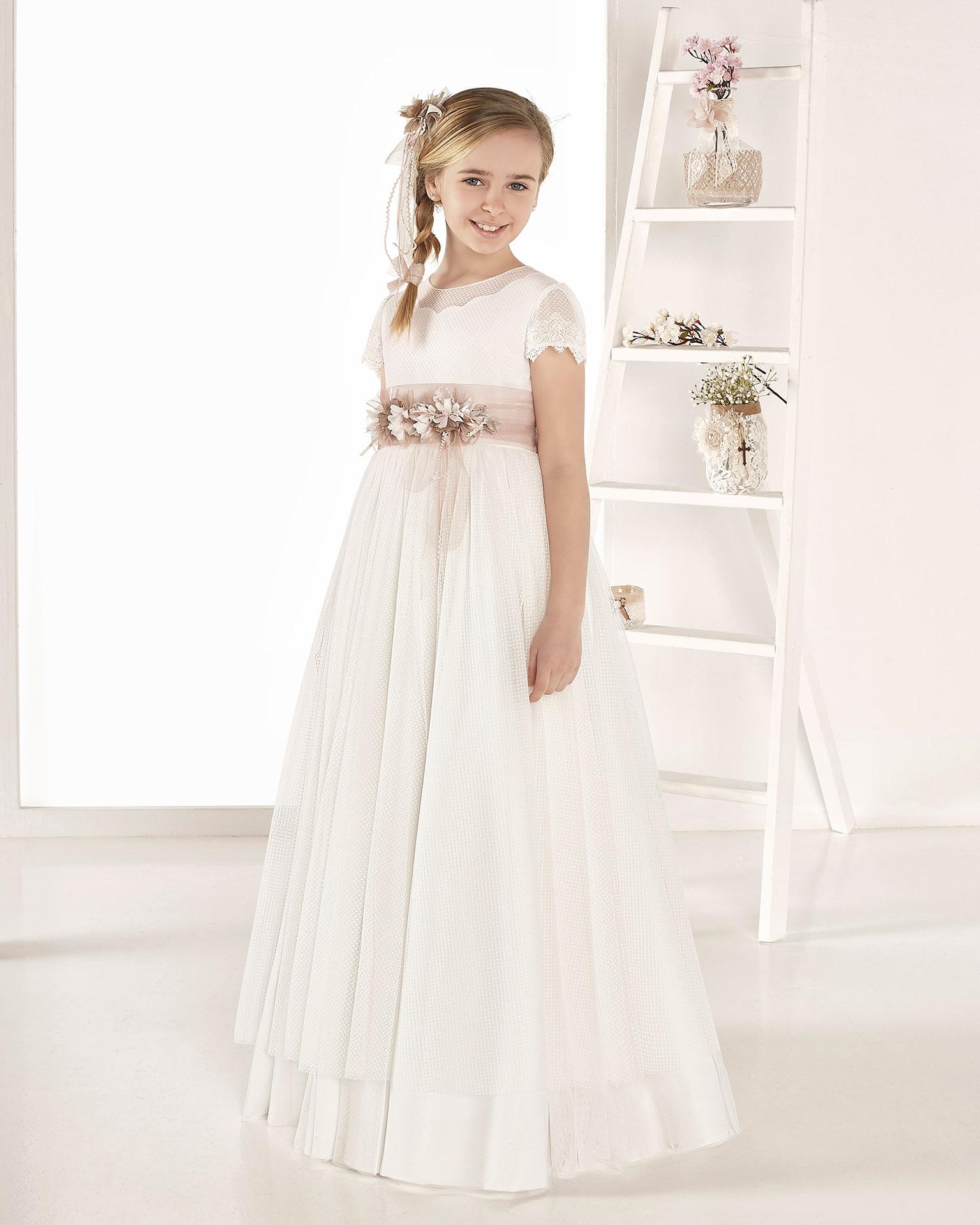 Robe de communion style romantique en tulle imprimé. Avec taille basse. Disponible en couleur naturelle. Collection AIRE COMUNION 2019.