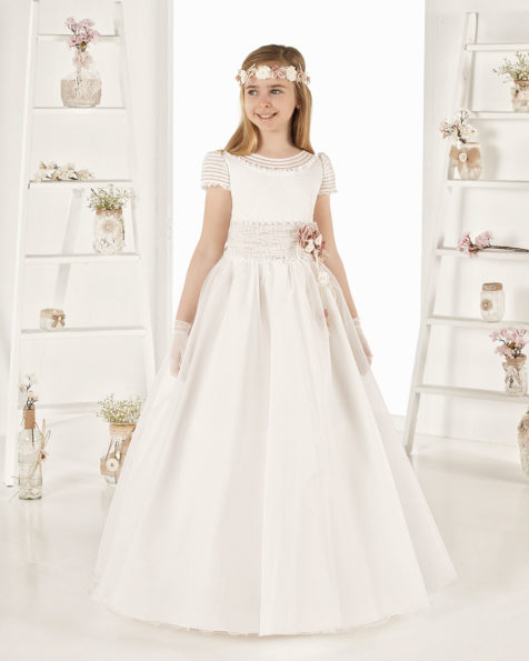 Ballgown-style First Communion dress in striped organza. With regular waist. Available in natural. 2019 AIRE COMUNION Collection.