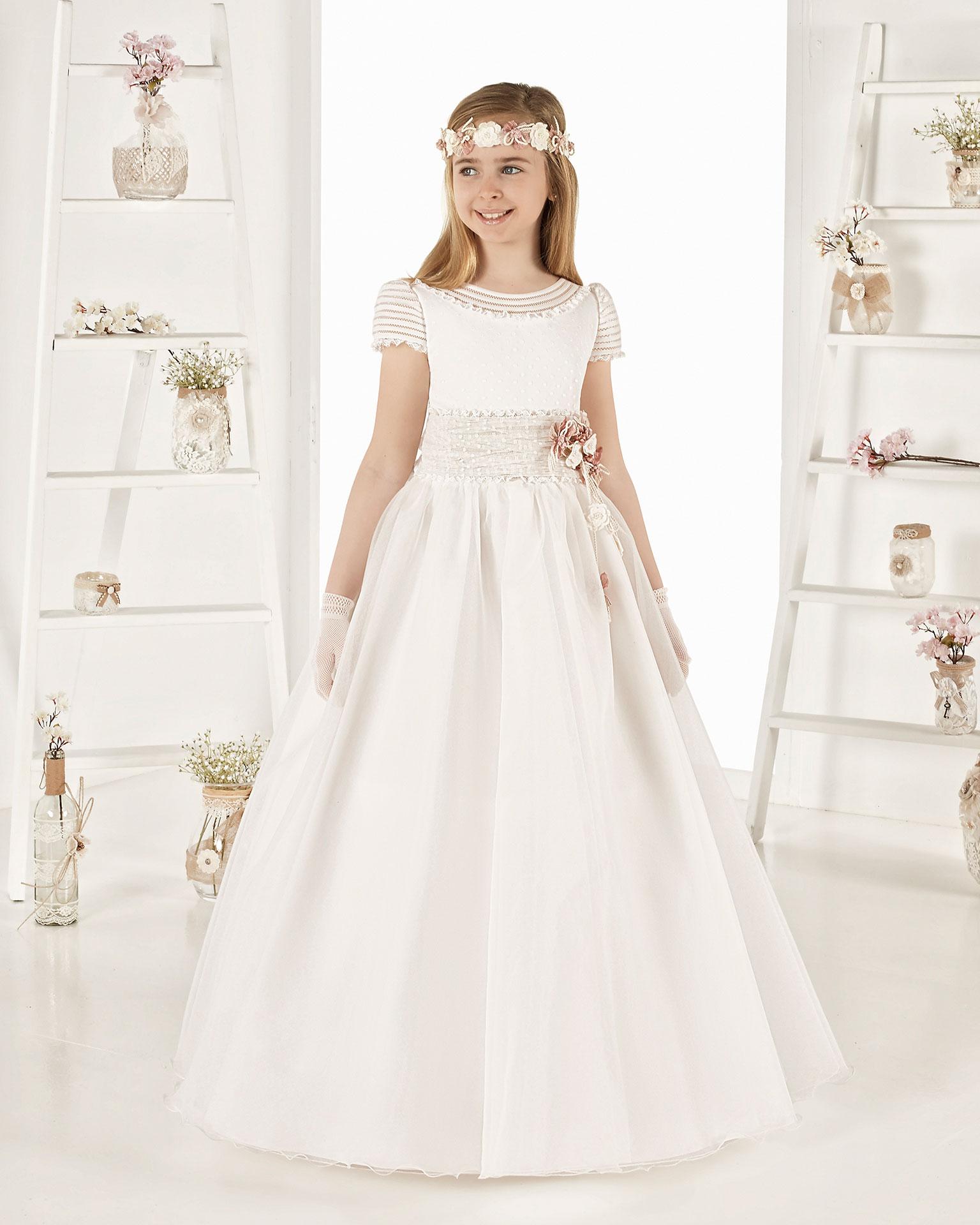 Vestido de comunión fantasía en organza rayada. Con talle normal. Disponible en color natural. Colección AIRE COMUNION 2019.