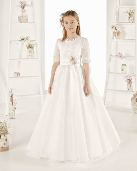 Robe de communion fantaisie en organza mat. Avec taille normale. Disponible en couleur naturelle. Collection AIRE COMUNION 2019.