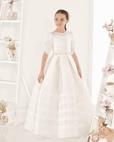 Classic First Communion dress with pin tucks in fine basketweave silk. With regular waist. Available in ivory. 2019 AIRE COMUNION Collection.