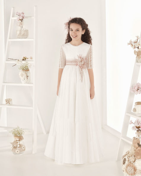 Robe de communion fantaisie en tulle. Avec taille empire. Disponible en couleur naturelle. Collection AIRE COMUNION 2019.