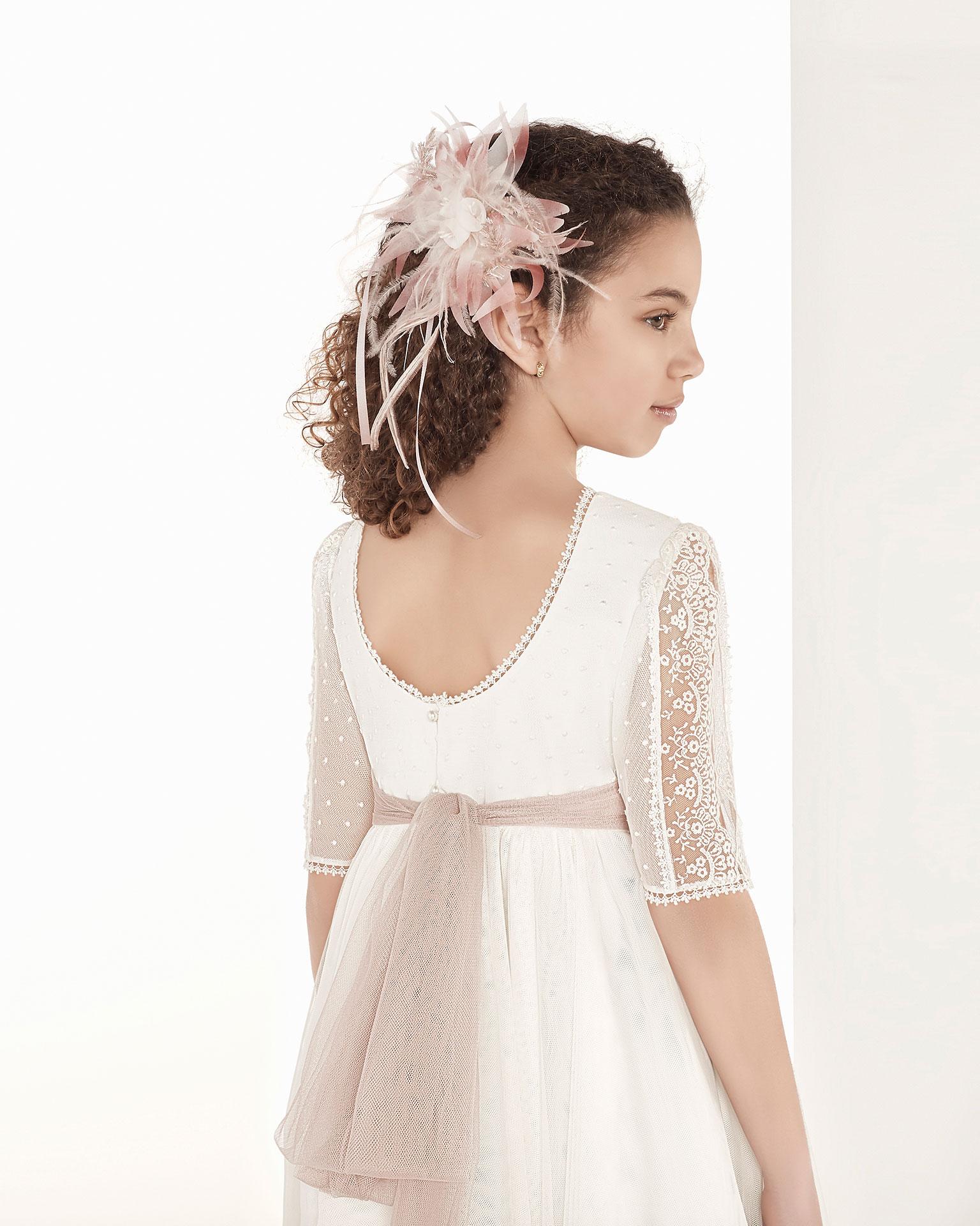 Rochie de comuniune în stil fantezie din tul. Cu talie înaltă. Disponibilă în culoarea ecru. Colecția AIRE COMUNION 2019.